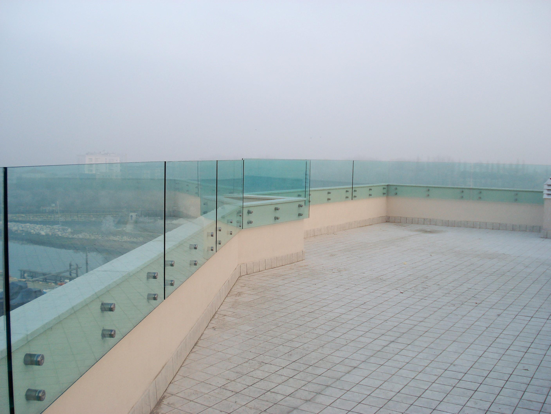 Parapetto in vetro per esterni idee di design per la casa for Design per esterni
